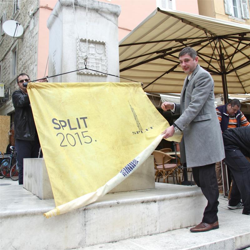 Zastavu su podignuli Marijan Ban i Goran Kovačević (Foto: Dario Njavro)